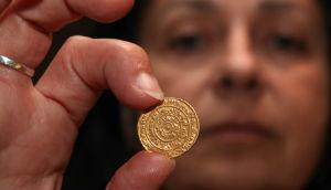 Как правильно держать монету